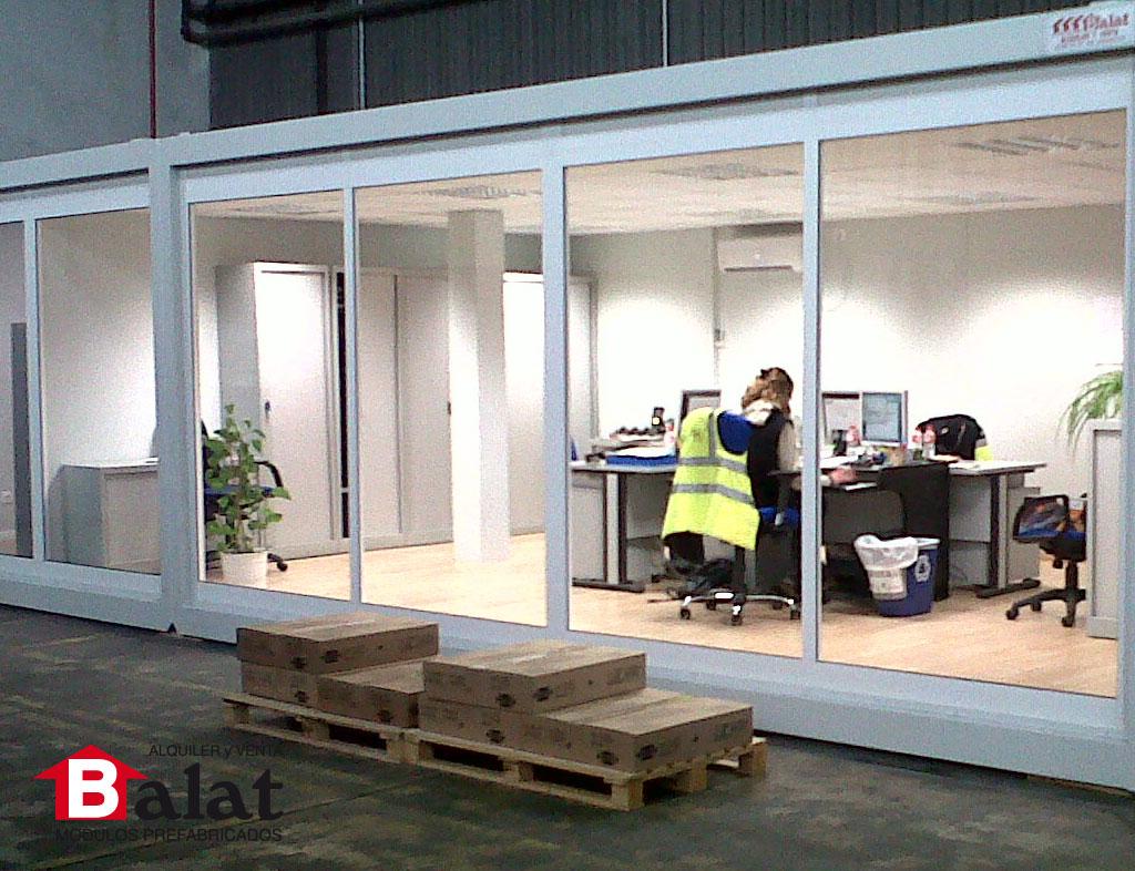 Oficina prefabricada instalada en el interior de la for Oficina prefabricada
