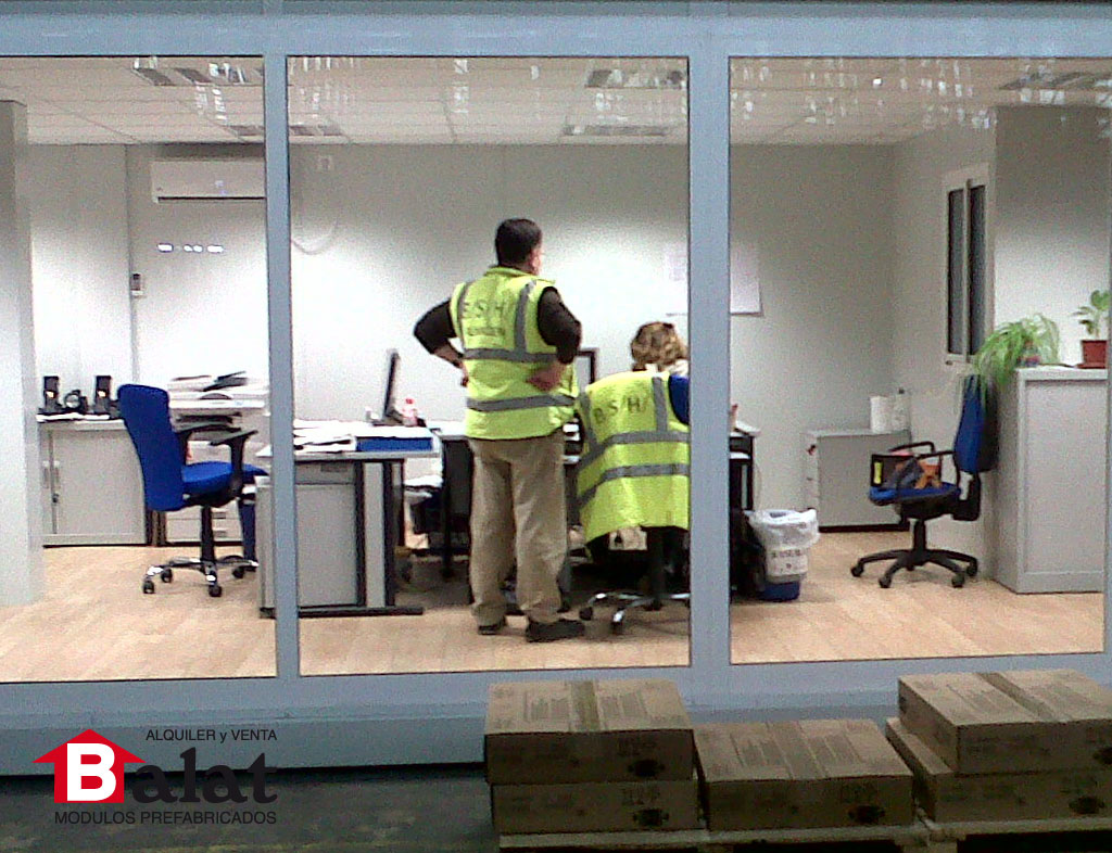 Oficina prefabricada instalada en el interior de la for Fabrica de escritorios de oficina